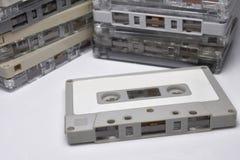 La cinta de casete del vintage apiló el fondo vertical, blanco Foto de archivo
