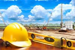 La cinta de la tabla y de la medida de funcionamiento del ingeniero y el agua llana equipan equ Imagen de archivo libre de regalías