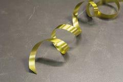 La cinta de oro espiral en la tabla de cuero Imagen de archivo