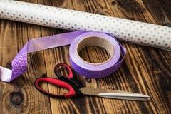 La cinta del papel de embalaje scissors presentes de los bolsos Imagen de archivo libre de regalías