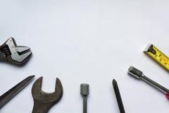 La cinta métrica, la llave, el destornillador, la medida y el otro taller imagenes de archivo