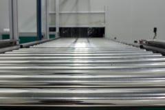 La cinta transportadora, y la banda transportadora en cadena de producción pusieron en área del sitio limpio Imagen de archivo