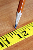 La cinta y el lápiz de medición son herramientas para los carpinteros Fotos de archivo libres de regalías