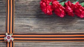 La cinta y los claveles rojos de San Jorge Imágenes de archivo libres de regalías