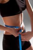 La cintura apta y sana midió con una cinta Fotografía de archivo libre de regalías