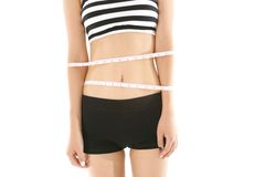 La cintura de la mujer con una cinta métrica aislada en el fondo blanco Imagen de archivo