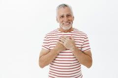 La cintura-para arriba tirada de charmingkind y el abuelo tocado feliz satisfecho viendo al hijo crecen al buen hombre que lleva  imagenes de archivo