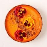La ciotola del frullato con la pansé commestibile fiorisce, semi di chia, berrie di goji fotografie stock