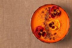 La ciotola del frullato con la pansé commestibile fiorisce, semi di chia, berrie di goji fotografia stock libera da diritti