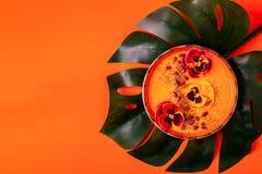 La ciotola del frullato con la pansé commestibile fiorisce, semi di chia, berrie di goji immagini stock libere da diritti