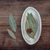 La ciotola di baia secca va su vecchio di legno Fotografie Stock