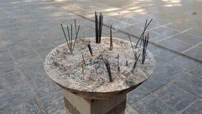 La ciotola di bastoni buddisti di incenso brucia - l'angolo basso stock footage