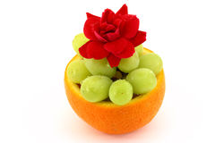 La ciotola di frutta con è aumentato Fotografie Stock Libere da Diritti