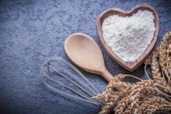 La ciotola di legno del cucchiaio delle orecchie della segale del grano con l'uovo della farina sbatte Immagini Stock Libere da Diritti