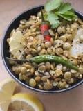 La ciotola di lenticchie verdi ha cucinato con il limone affettato Immagini Stock