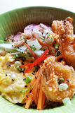 La ciotola di tagliatella è servito con il gamberetto, le uova e la verdura Immagine Stock Libera da Diritti