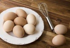 La ciotola di uova del pollo, sbatte, fondo di legno Fotografia Stock Libera da Diritti