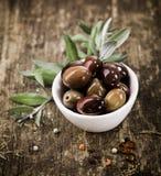 La ciotola ha riempito di olive nere Immagini Stock Libere da Diritti