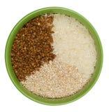 La ciotola ha riempito di riso, di chicchi dell'orzo e di grano saraceno Fotografie Stock Libere da Diritti