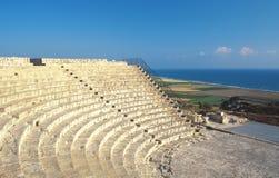 La Cipro, Kourion, amphitheater romano e spiaggia immagine stock