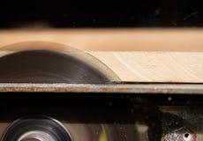 La circolare ha visto il legno di taglio immagini stock libere da diritti