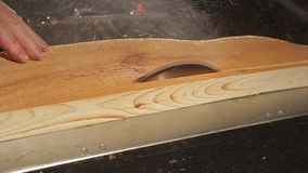 La circolare ha visto il taglio della plancia di legno video d archivio