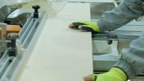La circolare ha visto nell'azione, carpentiere che taglia gli strati di compensato Fabbricazione di mobilia di legno stock footage