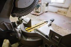 La circolare ha visto nell'officina di carpenteria immagini stock libere da diritti