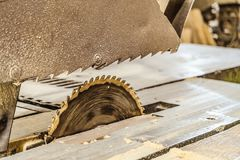 La circulaire électrique de disque a vu sur le cadre de support Machine de sawing dans l'atelier fonctionnant de menuiserie Photos libres de droits