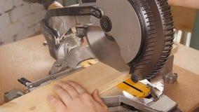 La circulaire électrique a vu couper le morceau de bois dans la scierie banque de vidéos