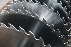La circulaire argentée en métal scie des lames pour le travail du bois en tant que fond industriel d'outil photographie stock libre de droits
