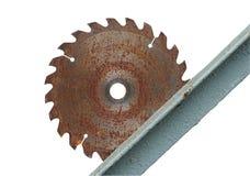 La circulaire de disque a vu sur un fond de vieux mur en métal Images stock