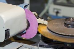 La circulaire de raffûtage scie la machine de lame à l'usine photos libres de droits