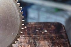 La circulaire en gros plan de lame a vu sur le fond de la table en bois Verscak Atelier pour la production d'en bois image libre de droits