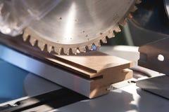 La circulaire manuelle en gros plan a vu sur des glissières pour le bois sciant dans l'atelier à la maison photo libre de droits