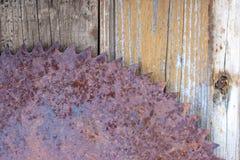 la circulaire rouillée haute étroite a vu au fond en bois de texture de mur de grange outil de travail oublié en bois de cru photographie stock libre de droits