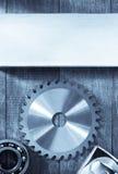 La circulaire scie la lame sur le bois photo stock