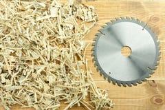 La circulaire scie la lame sur les planches en bois images stock