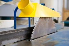 La circulaire scie la lame de la machine-outil de travail du bois Vue de plan rapproché Image stock