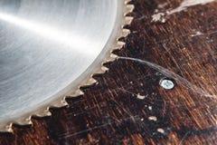 La circulaire utilisée en gros plan de lame a vu sur le fond de la table en bois Verscak Atelier pour la production d'en bois photo stock