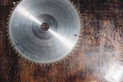 La circulaire utilis?e en gros plan de lame a vu sur le fond de la table en bois Atelier pour la production des produits en bois image stock