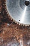 La circulaire utilis?e en gros plan de lame a vu sur le fond de la table en bois Atelier pour la production des produits en bois images stock