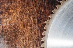 La circulaire utilis?e en gros plan de lame a vu sur le fond de la table en bois Atelier pour la production des produits en bois photographie stock
