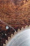 La circulaire utilis?e en gros plan de lame a vu sur le fond de la table en bois Verscak Atelier pour la production d'en bois images stock