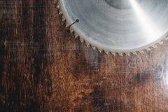 La circulaire utilis?e en gros plan de lame a vu sur le fond de la table en bois Verscak Atelier pour la production d'en bois photos libres de droits