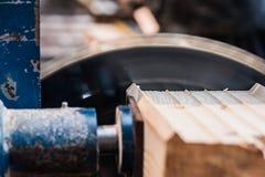 La circulaire a vu avec un faisceau en bois et une échelle de mesure Photographie stock libre de droits