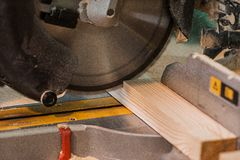 La circulaire a vu avec un faisceau en bois et une échelle de mesure Photographie stock