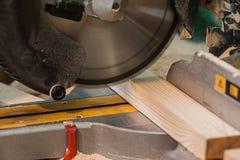 La circulaire a vu avec un faisceau en bois et une échelle de mesure Image libre de droits