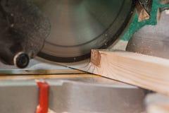 La circulaire a vu avec un faisceau en bois et une échelle de mesure Image stock
