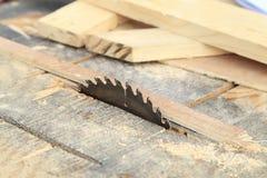 La circulaire a vu couper la planche en bois Images stock